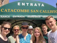 Gruppe vor dem Eingang zu dem Katakomben