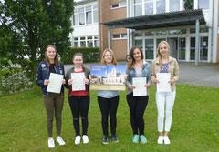 Schüler freuen sich über ihre Zertifikate