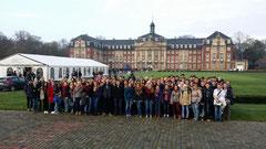 Schüler vor dem Münsteraner Schloss