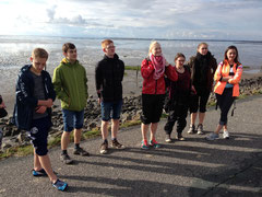 Schüler stehen vor dem Wattenmeer