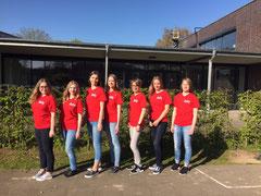 Schüler in roten Sani-T-Shirts