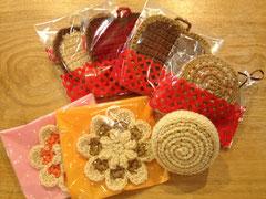 ecoたわし(奥からハートクッキー、ロールケーキ、フラワー)