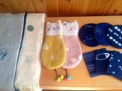左から 超長綿スカーフ、ペンケース、コースター