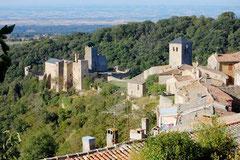 Le village de Saissac/Aude actuel. Vue vers le Sud sur l'église et le château. Le castrum se trouvait encore plus bas sur la pente descendant jusqu'aux rivières.