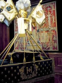 """Le """"berceau"""" d'Henri IV, mis en scène au 19ème siècle sur une table pour le sortir en procession."""