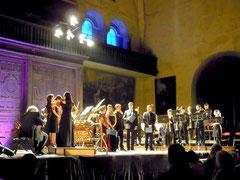 S.Kuijken doit changer une corde lors du concert donné à la cathédrale St.Etienne de Toulouse