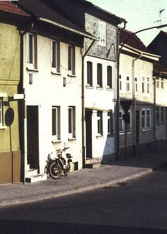 Rechts im Bild und rechts vom Haus Bienstein das Wohnhaus der Familie Weinberg