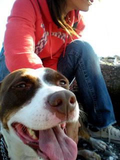 Tiergestütze Pädagogik: Freundlicher und respektvoller Umgang zwischen einem Mädchen und dem Hund.