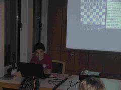 Ioan zeigt eine seiner Partien im Jugendtraining
