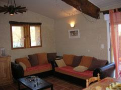 salon avec deux canapés et table basse