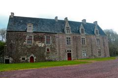 Château de Comper vu de l'entrée.