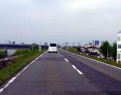 堤防道路では速度をひかえて慎重に