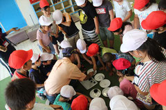 女川小学校にて たねダンゴづくりに皆興味津々の小学生たち