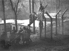 Photographie du passage d'un obstacle de la Piste Rouge situé derrière le bloc 002 Zucarello. Le bunker est visible à l'arrière-plan.