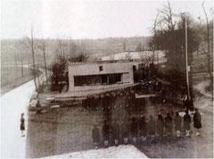 Photographie de la place d'armes des PFAT. Le bunker n°2 est le bâtiment qui se trouve à l'arrière plan.
