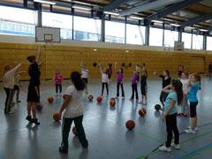 Die ehemalige Regionalligaspielerin Franziska Jacobi, die mittlerweile für die U17w verantwortlich ist und in der Damenmannschaft aktiv ist, zeigt den Mädchen, wie ein Standwurf funktioniert.