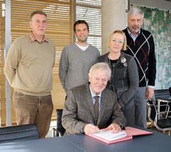 Von links: Herr Kramer (Hase-Wasseracht), Herr Tautz (Nabu), Bürgermeister Uwe Bartels, Uni-Präsidentin Prof. Dr. Marianne Assenmacher, Herr Weiger (Kolleg St. Thomas) Quelle: Sonntagsblatt