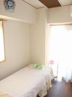 味わいのある白い壁のお部屋です