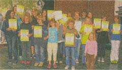 Stolz präsentierten die Kinder und Jugendlichen nach bestandener Prüfung beim Volksmusikerbund ihre Urkunden.  (foto: kn)