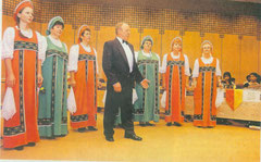 Russische Folklore in den Trachten ihrer alten Heimat wissen die Mitglieder des Rjabinuschka Frauenchores stilvoll zu interpretieren - oft wie hier mit Gastsolisten