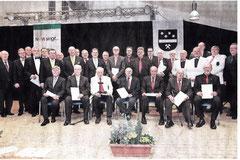 Sänger wurden für 25- und 40-jährige Mitgliedschaft durch Schirmherr Bernd Jansen (hinten| 3.v.r.). Hermann Otto (l. Präsident Chorverband) und Michael Görnig (r.. Kreisvorsitzender) geehrt. Ein Jubilar blickte auf 75 Jahre. RP-FOTO: JÜRGEN LAASER