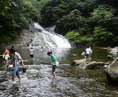 100メートル流れ落ちる緩やかな滝