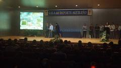 Entrega del trofeo por el Alcalde de Aguilas, D, Juan Remirez a Emilio Perez, Presidente del C.R Ciudad de Aguilas