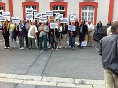 Elus et militants associatifs à la gare d'Avranches le 30 août