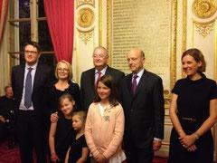 François Digard entouré de sa famille, aux côtés d'Alain Juppé, son parrain pour la remise de son insigne d'Officier de la Légion d'Honneur