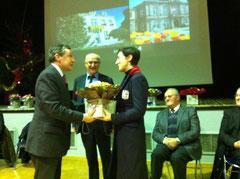 Geneviève Lecoeur, compagne de Bernard Tréhet, reçoit un beau bouquet en témoignage de reconnaissance pour son soutien à l'action de celui-ci
