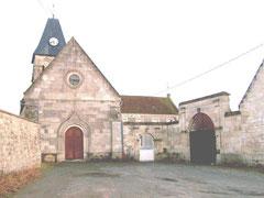 L'église, entre l'ancienne ferme de l'Abbaye et la mairie-école.