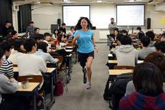 教室で走る村上選手