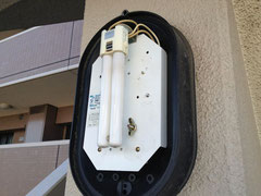 ②外階段、コンパクト型蛍光灯タイプの壁照明