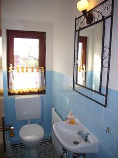 Zweites WC mit Waschbecken