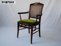 カリモク家具の希少なビンテージ籐仕上げのアームダイニングチェア肘掛椅子のグリーンモケット張りいす