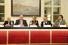 Neue Veranstaltungsreihe soll offene Fragen klären. Im Bild  (von links): Mag. Karl Fakler, Bgm. Dr. Resch, Mag. Barbara Schwarz, Dr. Othmar Hill, Erwin Kirschenhofer.  Foto: zVg