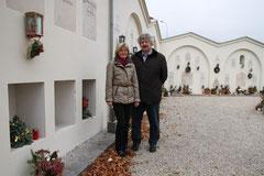 Ingrid Walzer (Bestattung Krems) und Vizebgm. Gottfried Haselmayer vor der sanierten Urnenwand auf dem Kremser Friedhof. Foto: Stadt Krems.