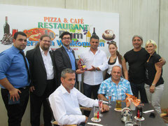 V.l.n.r.: Mirkan Dogan, GR Mag. Klaus Bergmaier, GR Ali Firat, Ali Özdemir, Kristina Posoldová, Alex Dogan, Tanja Dogan. Sitzend v.l.n.r.: Ahmet Özdemir, Hasan Özdemir. Foto: zVg