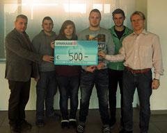 Direktor Herbert Zant und die Klassenvertreter der Landesberufsschule Langenlois überreichten Mag. Peter Binder 500 Euro für den Sozialmarkt. Foto: Privat.