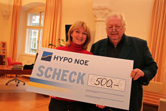 Herbert Steininger spendet 500€ an den Sozialfonds der Stadt Krems, StR Eva Hollerer nahm ihn entgegen. Foto:zVg
