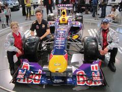 Karin u. Alfred Fries mit einem Mitarbeiter der Red Bull Crew. Foto: zVg