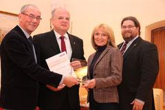 Bgm.Dr. Reinhard Resch, Stadträtin Eva Hollerer und GR Mag. Klaus Bergmaier nahmen die Auszeichnung von Volkshilfe-Präsident Prof. Ewald Sacher entgegen. Foto: Stadt Krems.
