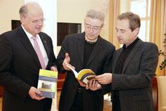 """Musikschuldirektor Dr. Hubert Pöll stellt das Buch """"MusikschulRäume"""" Bürgermeister Dr. Reinhard Resch und Vizebürgermeister Mag. Wolfgang Derler vor. Foto: Stadt Krems."""