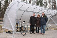 Vizebürgermeister Gottfried Haselmayer, Stadtrat Alfred Scheichel und DI Silvia Schmidt freuen sich über 30 neue überdachte Radabstellplätze bei der Wieselbus-Haltestelle in der Austraße.  Foto: zVg