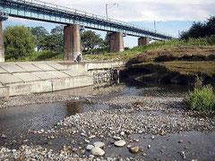 多摩川 釣りのポイント 八高線鉄橋下のたまり