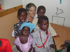 Françoise parmi les enfants sénégalais