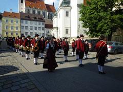 Aufstellung vor der Kremser Kirche