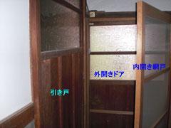 左の引き戸で洗面・更衣・洗濯の廊下と浴室へ