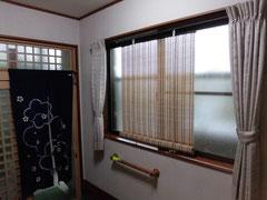 暖簾をくぐり玄関に入ると、そこに窓が…