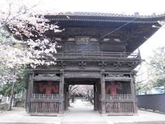 仁王像の立つ勝願寺山門